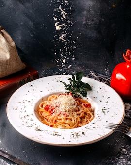 Vorderansicht pasta lecker lecker würzig mit roten tomaten und grünem blatt auf dem hellen boden