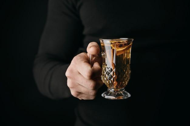 Vorderansicht person, die glas mit wintergetränk hält