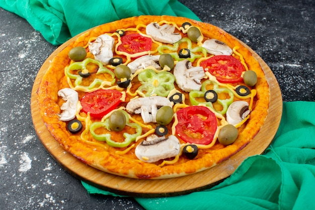 Vorderansicht pilzpizza mit roten tomaten olivenpilzen alle innen auf dunkel geschnitten