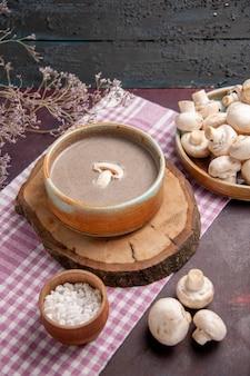 Vorderansicht pilzsuppe mit frischen pilzen auf dem dunklen raum