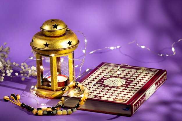 Vorderansicht quran mit kerze und lichtern