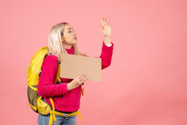 Vorderansicht reisende frau mit rucksack, der jemanden anruft