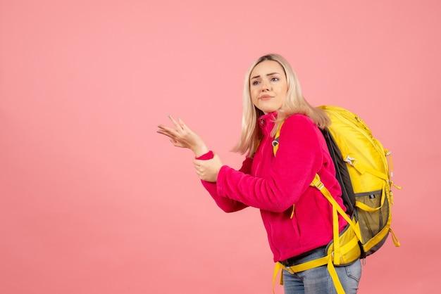 Vorderansicht reisende frau mit rucksack verwirrend