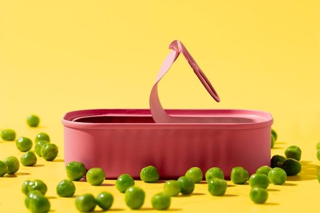 Vorderansicht rosa blechdose mit erbsen