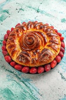 Vorderansicht runde köstliche torte mit frischen roten erdbeeren auf der hellblauen oberfläche torte gebäck teig zuckerkeks süß