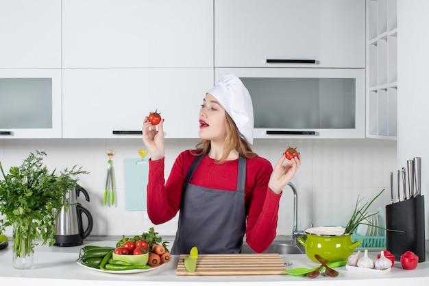 Vorderansicht schöne köchin in schürze mit tomaten