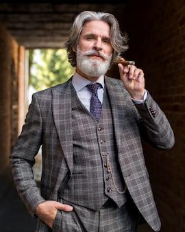 Vorderansicht schöner männlicher rauchender kubanischer zigarre