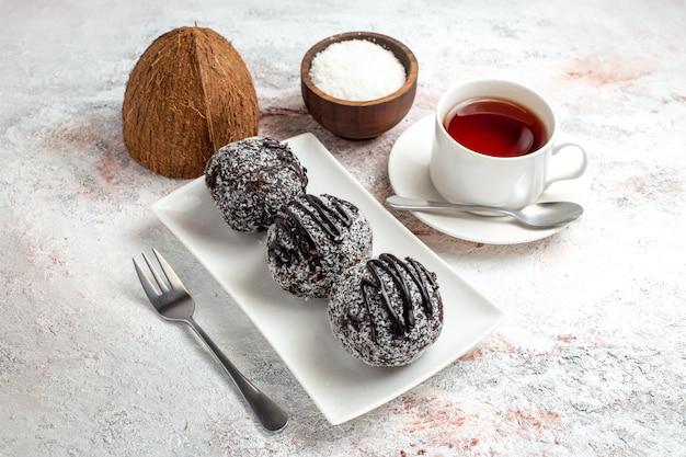 Vorderansicht schokoladenkuchen mit tasse tee auf weißer oberfläche schokoladenkuchen keks zucker süßer keks