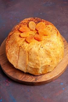 Vorderansicht shakh plov köstliche östliche mahlzeit besteht aus gekochtem reis in rundem teig