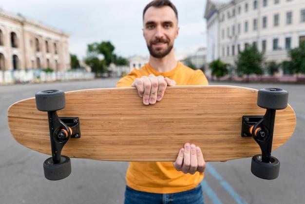 Vorderansicht skateboard und verschwommener mann