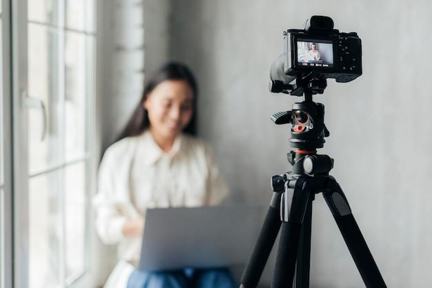 Vorderansicht-smiley-frau, die einen vlog tut