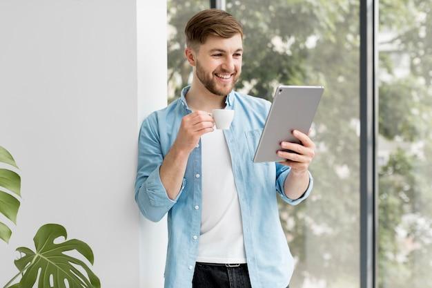 Vorderansicht smiley-mann mit tablette