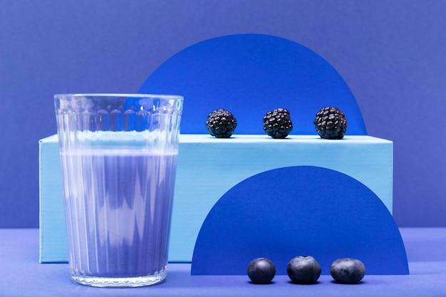 Vorderansicht smoothie in glas mit brombeeren und blaubeeren