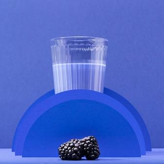 Vorderansicht smoothie in glas mit brombeeren