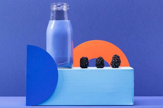 Vorderansicht smoothie in glasflasche mit brombeeren