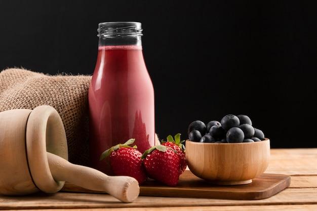Vorderansicht smoothie mit erdbeeren und blaubeeren