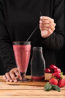 Vorderansicht smoothie mit erdbeeren und kirschen