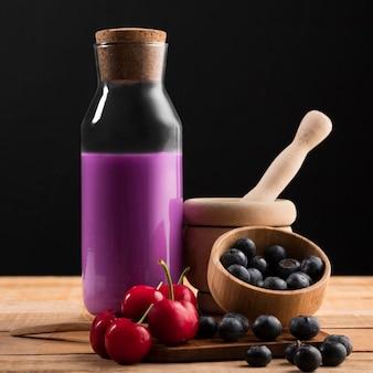 Vorderansicht smoothie mit kirschen und blaubeeren