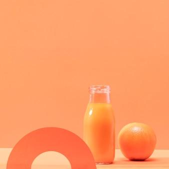 Vorderansicht smoothie und orange mit kopierraum