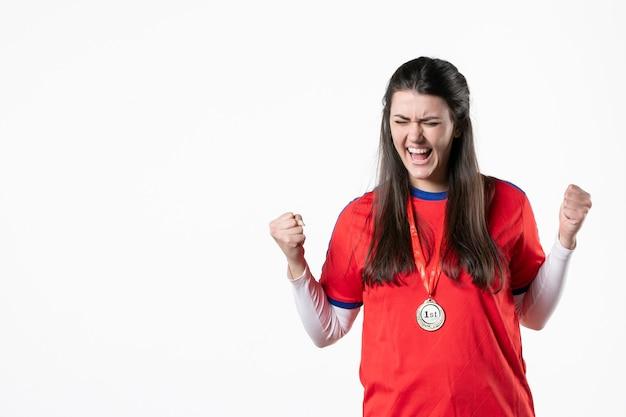 Vorderansicht spielerin mit medaille