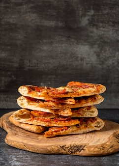 Vorderansicht stapel von pizzen