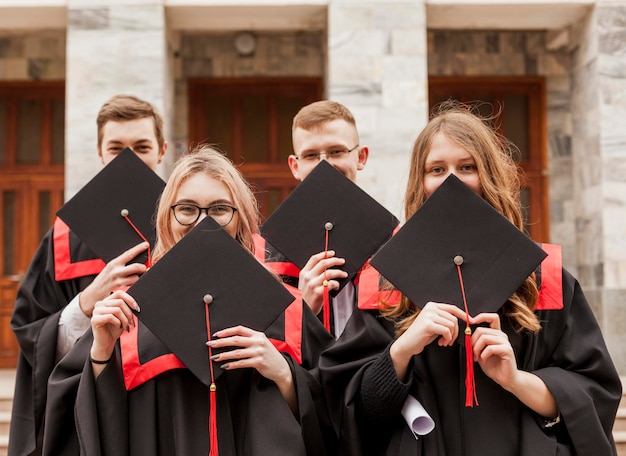 Vorderansicht studenten bei abschluss