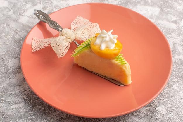 Vorderansicht-stück kuchen mit sahne und fruchtscheibe in pfirsichplatte auf weiß