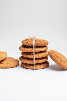 Vorderansicht süße kekse auf weißem keks zucker dessert tee fotokuchen