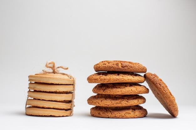 Vorderansicht süße kekse auf weißen keksen zucker dessert tee fotokuchen