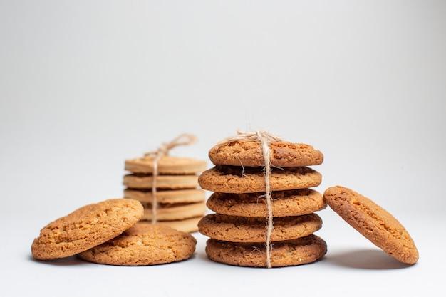 Vorderansicht süße kekse auf weißen keksen zuckertee fotokuchen
