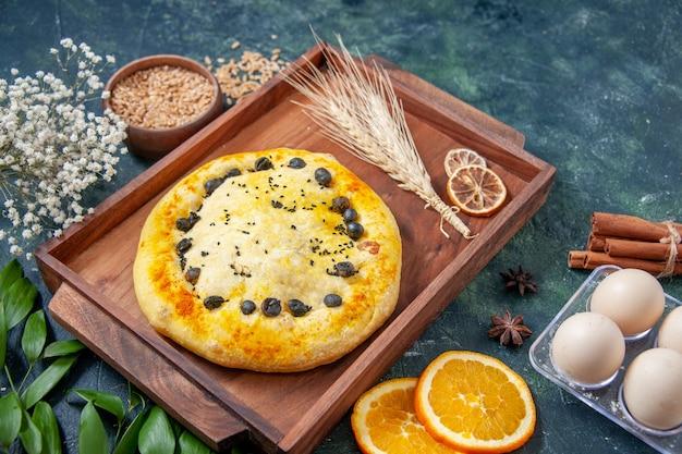 Vorderansicht süßer kuchen im holzschreibtisch auf dunkelblauer oberfläche