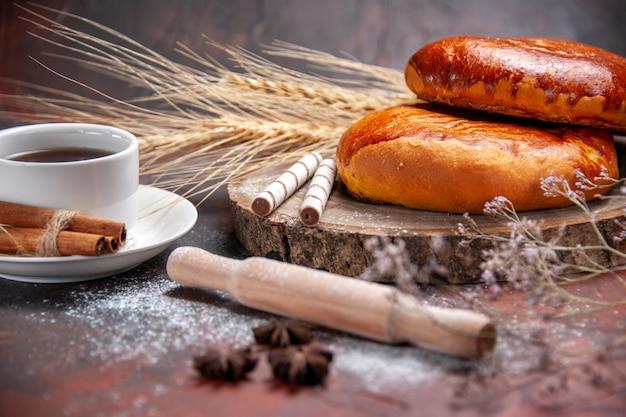 Vorderansicht süßer kuchen mit tee auf dunklem tischkuchen kuchen süß