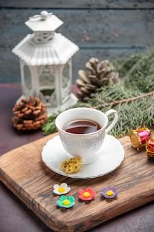 Vorderansicht tasse tee mit baum auf dunklem raum