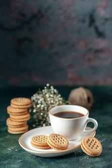 Vorderansicht tasse tee mit kleinen süßen keksen in weißer platte auf dunkler wand brot farbzeremonie frühstück morgenglas trinken zucker fotos