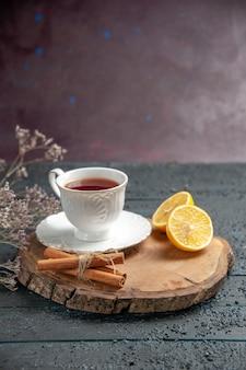 Vorderansicht tasse tee mit zitrone auf dunklem hintergrund