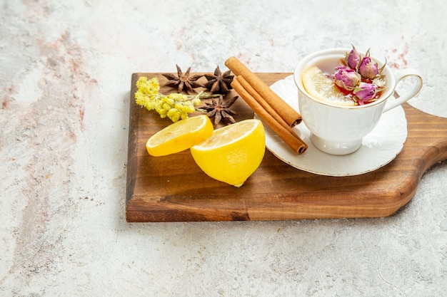 Vorderansicht tasse tee mit zitronenscheiben und zimt auf weißem raum
