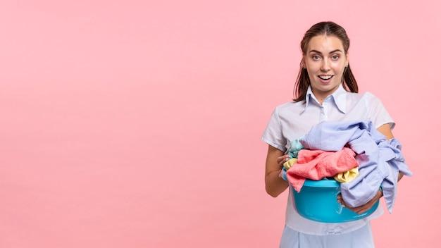 Vorderansicht überraschte frau mit wäschebecken