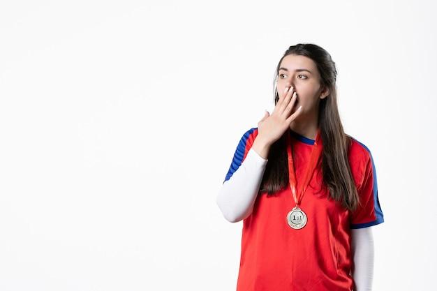Vorderansicht überraschte spielerin mit medaille