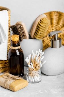 Vorderansicht umweltfreundlicher reinigungsprodukte mit wattestäbchen