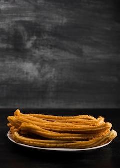 Vorderansicht unbedeutende churros platte mit exemplarplatz