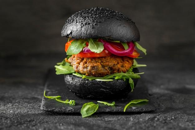 Vorderansicht vegetarischer burger mit schwarzen brötchen