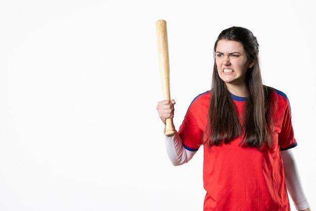 Vorderansicht verärgerter weiblicher spieler mit baseballschläger