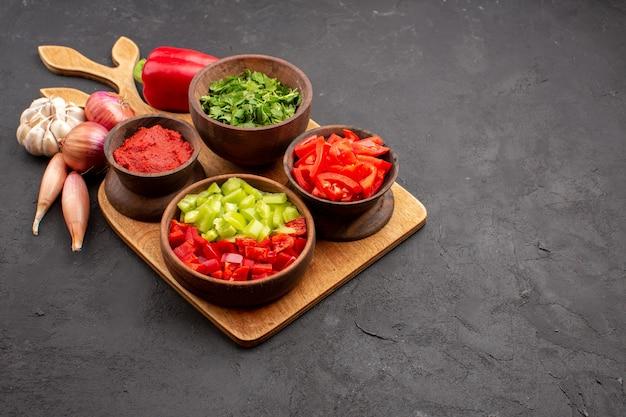 Vorderansicht verschiedene gemüsesorten mit grün auf grauem hintergrund salat mahlzeit gesundheit reif würzig