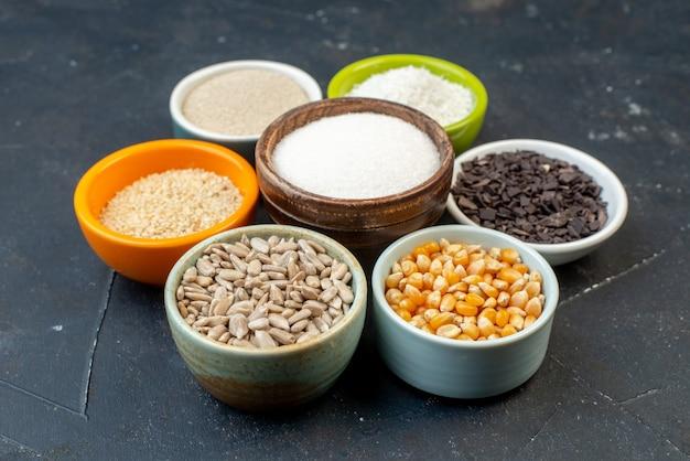 Vorderansicht verschiedene rohe getreide mit samen und salz auf grauem hintergrund linsen farbe lebensmittel küche küche suppe