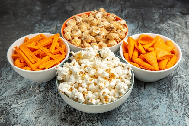 Vorderansicht verschiedene snacks für filmzeit auf hell-dunklem hintergrund