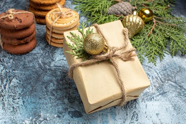 Vorderansicht verschiedene süße kekse mit geschenk auf hellem hintergrund