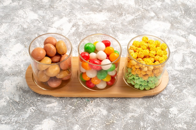 Vorderansicht verschiedene süßigkeiten bunte süßigkeiten auf weißem raum