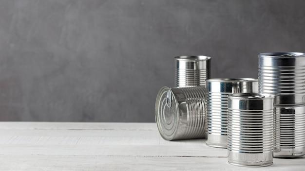 Vorderansicht von aluminiumdosen mit kopierraum