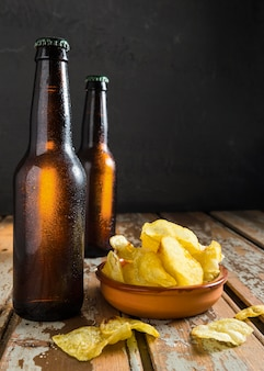 Vorderansicht von bierglasflaschen mit chips