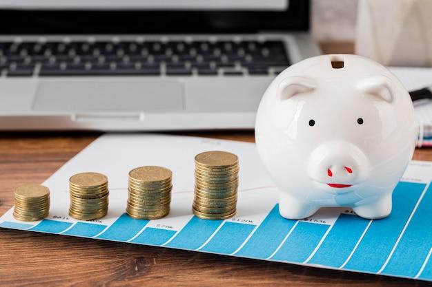 Vorderansicht von bürogegenständen mit sparschwein und münzen